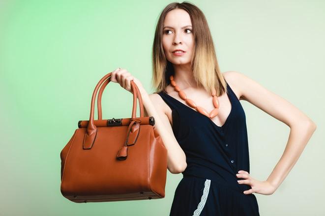 Modello fashion per eccellenza, la borsa a mano (handbag) si abbina bene anche ad outfit più ricercati